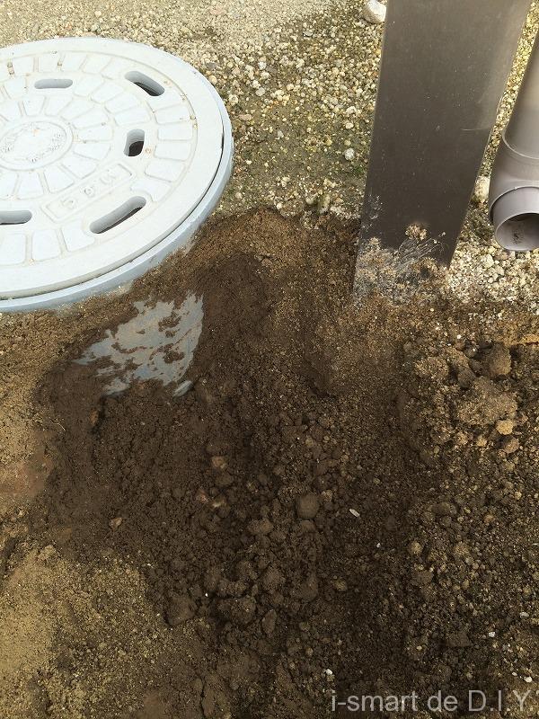 テラスから排水される雨水を雨水桝に入れる 穴